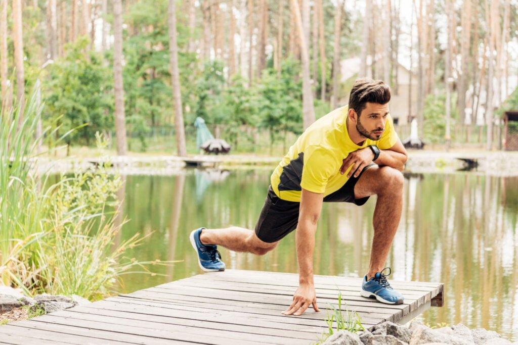 Homme qui va faire un exercice de musculation